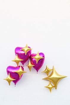 Learn to make your favorite sparkly emoji heart balloons with this easy DIY tutorial! Ballon Emoji, Heart Balloons, Mylar Balloons, Sparkle Emoji, Party Emoji, Photos Tumblr, Jolie Photo, Party Packs, Balloon Decorations
