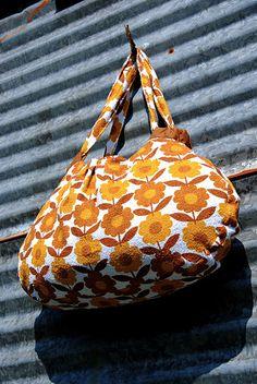 Eloleo bag made with this pattern: http://thesisterof.blogspot.com/2011/09/klara-patroon-voor-van-katoen.html
