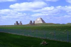 A pirâmide no meio do nada construída para evitar o fim do mundo
