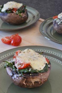 Portabella gevuld met spinazie, mozzarella en tomaat. Dit kun je serveren als voorgerecht, amuse of hoofdgerecht. Je kunt er dus alle kanten mee op.Ik vulde de portabella met spinazie, tomaat en mozzarella. Een heerlijke combinatie! I Love Food, Good Food, Yummy Food, Clean Recipes, Healthy Recipes, Healthy Diners, Appetizer Recipes, Dinner Recipes, Mozzarella