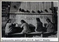 Προσφυγοπούλες στο Ταπητουργείο υφαίνουν χαλιά. Με την ίδρυση του Συνοικισμού Βύρωνα το 1924,μεταξύ των άλλων, κατασκευάστηκε και Ταπητουργείο για να βρουν απασχόληση οι νεαρές πρόσφυγες. Painting, Art, Art Background, Painting Art, Kunst, Paintings, Performing Arts, Painted Canvas, Drawings