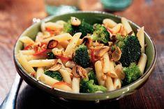 Kijk wat een lekker recept ik heb gevonden op Allerhande! Penne met broccoli, knoflook en walnoten