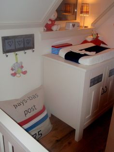 #Kinderkamer rood wit blauw | #Kidsroom red white blue. Binnenkijken doe je op www.kidskamers.nl