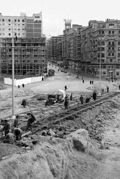 La foto de la semana: Obras de unión de la Gran Vía con la calle de la Princesa (1946) | Ediciones La Librería Old Pictures, Old Photos, Best Hotels In Madrid, Madrid Travel, Foto Madrid, Spain Images, Bilbao, Basque Country, Murcia