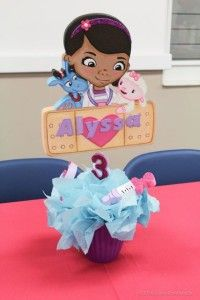 Centro de mesa para fiesta doctora juguetes Doc McStuffins Party www.ComoOrganizarLaCasa.com mesa de postres fiesta doctora juguetes Pastes de cumpleaños de Doctora juguetes #piñata #DoctoraJuguetes