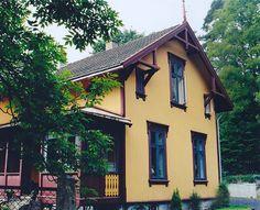 Austfasaden før fargejustering mot 2000-talet Villa, Cabin, Mansions, House Styles, Home Decor, Mansion Houses, Room Decor, Cabins, Villas