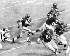Gale Sayers returns a punt for a TD ( Chicago Tribune archive photo… Nfl Bears, Bears Football, Nfl Chicago Bears, Giants Football, School Football, Sports Images, Sports Pictures, Gale Sayers, American Football Players
