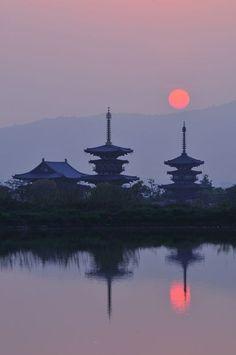 Sunrise in Yakushi-ji Temple, Nara, Japan Nara, Japanese Landscape, Japanese Architecture, Cultural Architecture, Japanese Culture, Japanese Art, Japanese Temple, Japan Kultur, Beautiful World