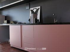 """Assista o sétimo episódio da série """"PROJETO CRIATIVO""""! A Imprimax forneceu espaço e materiais para que arquitetos e designers de interiores esbanjassem toda a sua criatividade, mostrando as possibilidades da utilização de vinis autoadesivos na decoração de ambientes. Confira agora o resultado incrível e conceitual que a design de interiores STELLA LINGUANOTTI criou. Flat Screen, Designers, Cabinet, Storage, Furniture, Home Decor, Vinyls, Architects, Creative"""