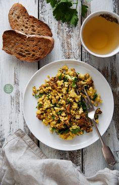 Tofu scramble with chanterelles and parsley / Tofucznica z kurkami i zieloną pietruszką