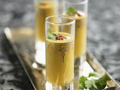 Kürbis-Curry-Suppe ist ein Rezept mit frischen Zutaten aus der Kategorie Gemüsesuppe. Probieren Sie dieses und weitere Rezepte von EAT SMARTER!