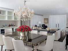 A grande reforma que eliminou paredes do apartamento de 438 m² em Ribeirão Preto trouxe ambientes maiores e exclusivos para marido e mulher. Projeto Alessandro da Matta.