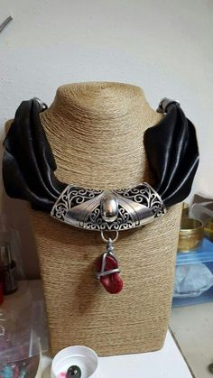 Collana in pelle e alluminio con particolare pendente lavorato e radice di corallo #homemade #madewithlove #perasperaadastra #collana #jewerly #pelle #cuoio #corallo #alluminio