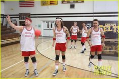 one direction dodgeball late late show 01 The guys of One Direction - Harry Styles, Niall Horan, Liam Payne, and Louis Tomlinson - stand to attention while kicking off a game of dodgeball on The Late Late…
