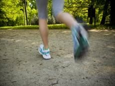 Walking vs Running - What's Best for You - Running is great to keep the heart healthy, improve mood, and maintain weight. But some studies suggest going full speed isn't always the best for your legs. Running Drills, Running Form, Running Training, Running Tips, Best Resistance Bands, Resistance Band Exercises, Core Exercises, Race Walking, Brisk Walking