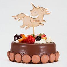 Mit etwas Kreativität zaubern Sie einen einzigartigen Einhorn Tortenstecker aus Holz zur Kommunion Ihres Kindes. Mit nur weinigen Klicks können Sie den Einhorn Tortenstecker mit dem Namen Ihres Kindes personalisieren. Der Einhorn Tortenstecker hat ein Durchmesser von 18 cm und wird als wunderschönes Tortenaccessoire in den Kuchen gesteckt. Cake Toppers, Desserts, Pies, Kuchen, Birthday Celebrations, Communion, Unicorn, Nice Asses, Kids