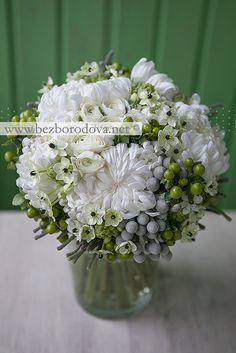 Белый свадебный букет из ранункулюсов, с зелеными ягодами, орнитогалумом и серой брунией