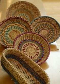 super Ideas for basket wicker pine needles Painted Baskets, Wicker Baskets, Woven Baskets, Rope Basket, Basket Weaving, Weaving Art, Hand Weaving, Pine Needle Crafts, Native American Baskets