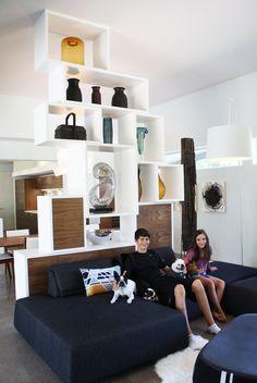 deron marye s modern geometry house tour einrichtungsideen wohnzimmer raumteiler eingang trennwand
