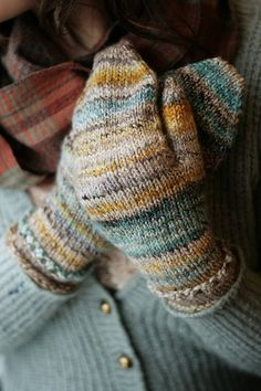 And warm woolen mittens.so cozy! Knit Mittens, Mitten Gloves, Striped Mittens, Wool Gloves, Fingerless Gloves, Stitch Patterns, Knitting Patterns, Hand Dyed Yarn, Warm And Cozy