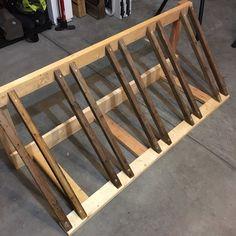 Outstanding Moto bike images are offered on our website. Wood Bike Rack, Pallet Bike Racks, Diy Bike Rack, Bicycle Rack, Bicycle Decor, Diy Wood Projects, Woodworking Projects, Kids Woodworking, Wood Crafts