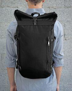 Design of a minimalist urban backpack using technical fabrics. Unique Backpacks, Men's Backpacks, Fashion Bags, Fashion Backpack, Mens Fashion, Backpack For Teens, Backpack Bags, Mens Weekend Bag, Minimalist Bag