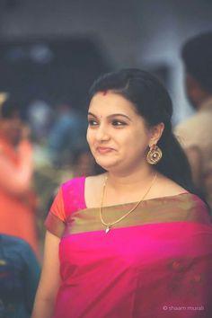Indian Actresses and Models Indian Bridal Sarees, Bridal Silk Saree, Indian Beauty Saree, Saree Wedding, Saree Hairstyles, Kerala Saree, Plain Saree, Sari Blouse Designs, Saree Trends