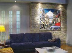 Wohnzimmer mit Steinwand beleuchtet