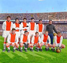 Ajax Amsterdam team group in Marco Van Basten, Ronald Koeman, Football Soccer, Football Players, Real Madrid Atletico, Image Foot, Afc Ajax, Nostalgia, European Soccer