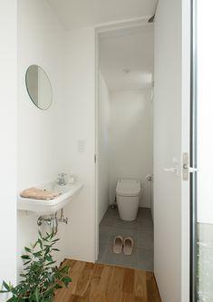 毎日使うから重視したいトイレ!使いやすいサイズとは?   フリーダムな暮らし Kitchen Interior, Home Interior Design, Natural Interior, Toilet Design, Living Spaces, Sink, New Homes, Bathtub, House Design