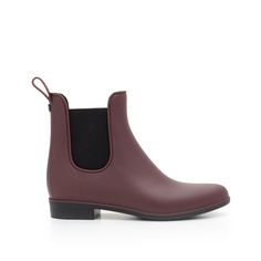 Time to brave the elements! Stay dry in style with our classic rain boot in a sophisticated Chelsea boot silhouette. Cut from classic, waterproof rubber, the 'Tinsley' slips on and off, for on-the-go style.