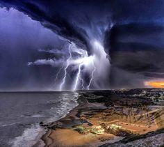 A storm can be very beautiful. Une tempête peut être très belle.