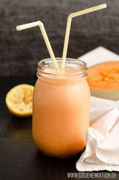 Eiskalte Limonade aus Honigmelone, Zitronensaft und Eiswürfeln - vegan