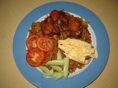 Kook de rijst gaar en laat het afkoelen. Was de kipfilet en kook die tezamen met 2 maggiblokjes 1 teentje knoflook en 1 takje selderij. Na 25 minuten is de kip