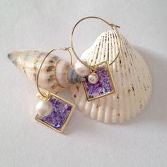 貝殻入りのスクエアプレートは揺れるたびに、貝殻独特の光沢のある色合いがキラキラしてとても綺麗です。 こちらの貝殻は紫と青の中間のような色です。光沢があり軽いコ...|ハンドメイド、手作り、手仕事品の通販・販売・購入ならCreema。