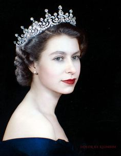 Photo by Dorothy Wilding English Royal Family, British Royal Families, Princesa Elizabeth, Young Queen Elizabeth, Queen Elizabeth Tiaras, Palais De Buckingham, Die Queen, Eugenie Of York, Royal Tiaras