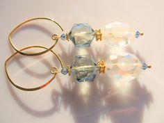 Oorbellen Big Golden Crystal prachtige schittering in deze oorbel met kristalglas facet kralen in wit en blauwgrijs en swarovski kristalkraaltjes. geheel goud op zilver. www.doloressieraden.nl