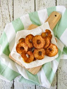 Apple chips with cinnamon from the oven - Simplyvegan. Vegan Snacks, Healthy Treats, Healthy Baking, Healthy Food, Lucky Food, Paleo Carrot Cake, Banana Flour, Healthy Chicken Recipes, My Favorite Food