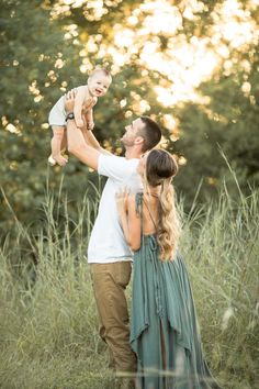 holiday photos 5 Rules to to Make Sure You LOVE Your Fall Family Pictures Spring Family Pictures, Cute Family Pictures, Family Photos With Baby, Outdoor Family Photos, Family Picture Poses, Family Picture Outfits, Family Photo Sessions, Outside Baby Pictures, Family Photo Shoot Ideas