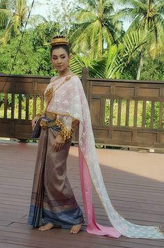 """ฟินจิกหมอน!! ส่องภาพงานหมั้นและแต่งงานของ """"คุณพี่เดช+แม่หญิิงการะเกด"""" แห่งบุพเพสันนิวาส! – Loveyouna Traditional Thai Clothing, Traditional Fashion, Traditional Dresses, Thai Wedding Dress, Thai Fashion, Thai Dress, Thai Style, Costume Dress, Asian Beauty"""