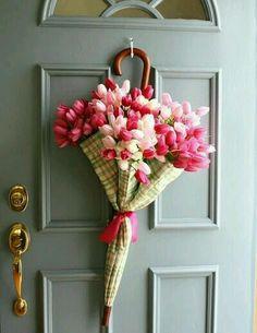 Старый зонт и тюльпаны