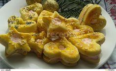Slané cukroví: Prosátou mouku zpracujeme s nastrouhaným máslem a zbytkem surovin. Zpracované těsto uložíme na noc do lednice. Na pomoučeném vále vyválíme těsto...