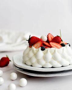 Strawberry Pavlova recipe by Sarit Novak Strawberry Pavlova, Strawberry Cream Cakes, Strawberry Recipes, Summer Desserts, Just Desserts, Dessert Recipes, Pavlova Cake, Meringue Desserts, Pastry Cake