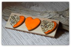 Ceramiczne serca na drewnie