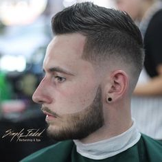 One of the trends is that the hair on both sides is faded, from a longer cut to a very short cut when we go to the ears.