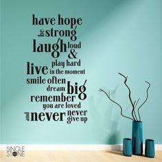Deze sticker van de muur typografie luidt als volgt:  Hoop hebben sterk, luid lachen & hard spelen, leven in het moment, vaak glimlachen, groot dromen, herinneren u bent geliefd en nooit nooit geven.  Geweldig voor elke slaapkamer of speel kinderkamer!  Laat ons weten als u een formaat niet wordt vermeld in de daling onderaan doos nodig.  Enkele stenen Studios originele kunst  _______________________________________  OVER ONZE MUUR STICKERS:  Elke sticker is gemaakt van hoge kwaliteit…