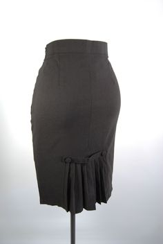 A cute pencil skirt with perfect pleats! A double kick pleat in the front with buttons details. And fishtail pleats in back. The fabric is a wonderful stretch bengaline which holds, shapes, and conf White Outfits, Classy Outfits, Girl Outfits, Fashion Outfits, Pencil Dress Outfit, Pencil Skirt Outfits, Pencil Skirts, Satin Pencil Skirt, Ghanaian Fashion