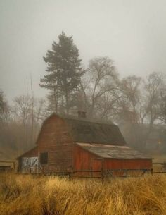 This reminds me of where I grew up. Country Barns, Country Life, Country Roads, Barn Pictures, Barn Art, Barns Sheds, Farm Barn, Old Farm Houses, Country Scenes