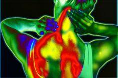 La fibromyalgie est en relation directe avec la myofascite à macrophage déclenchée par les adjuvants à l'aluminium des vaccins. En clair, c'est une maladie de l'aluminium……mais il ne faut pas le dire ! Ce trouble douloureux aux multiples aspects n'est pas reconnu par la médecine en tant que maladie – ceci probablement pour deux raisons …
