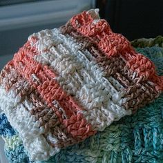 crochet pattern - basket weave washcloths ~ free pattern: wonder if I could do this blanket sized? All Free Crochet, Crochet Home, Crochet Crafts, Crochet Projects, Picot Crochet, Manta Crochet, Crochet Potholders, Crochet Dishcloths, Washcloth Crochet